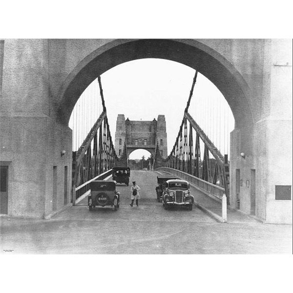 Collecting tolls on the Indooroopilly Traffic Bridge, Brisbane, ca. 1936