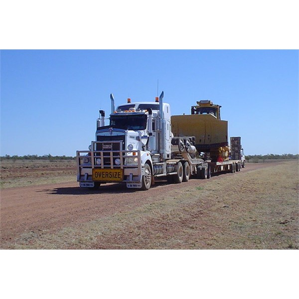 Kenworth 904 and Komatsu 370 tow started at Burke & Wills Roadhouse