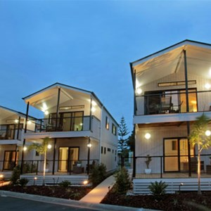 Deluxe villa accommodation at Tallebudgera Creek Tourist Park, Gold Coast