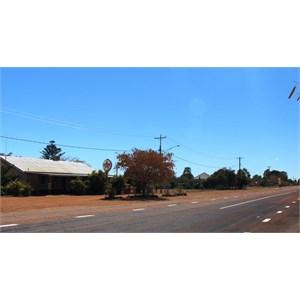 Flinders Highway and pub, Homestead