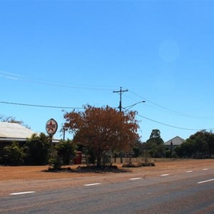 Flinders Highway and pub, Homestead