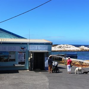 There is a fish caf? at the wharf