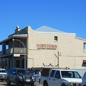 Hopetoun Hotel from the north end